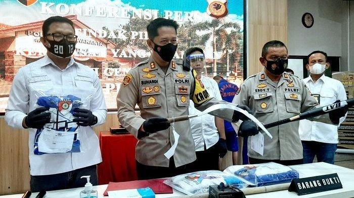 Kapolres Purwakarta, AKBP Suhardi Hery Haryanto, beserta jajaran sedang menunjukkan barang bukti pelaku kekerasan oknum komunitas motor di Mapolres Purwakarta, Rabu (6/10/2021).