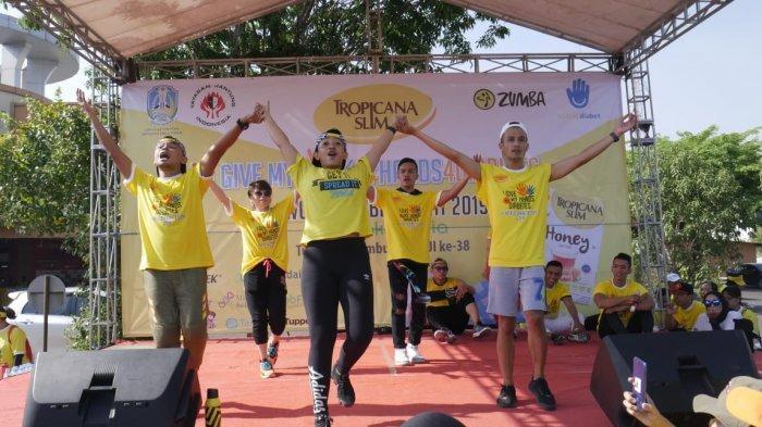 Komunitas Zumba Lovers Surabaya Pimpin Senam Zumba di Lotte Grosir Waru