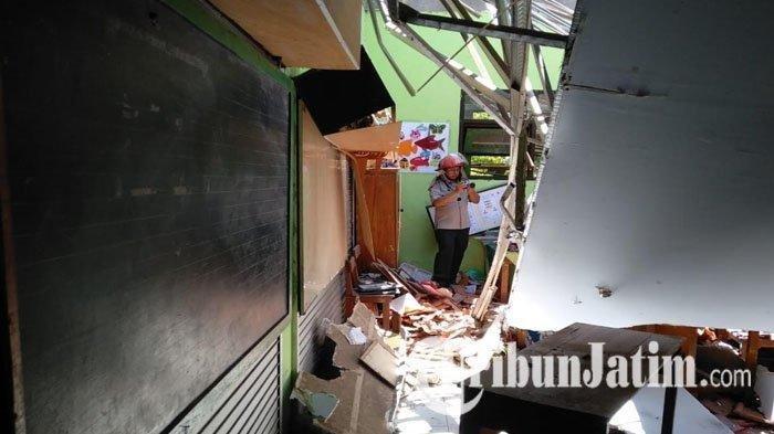 Kondisi atap ambruk di SDN Gentong Kota Pasuruan. SURYA/GALIH LINTARTIKA