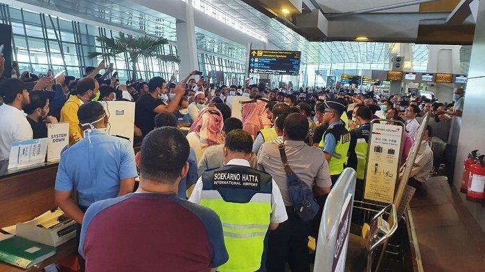 Kondisi di Bandara Internasional Soekarno Hatta, Tangerang sempat memanas pada Minggu (15/3/2020). Para pengguna jasa Bandara Soetta tampak gusar di pelataran Terminal 3.