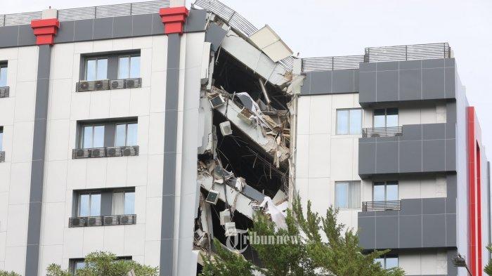 KONDISI HOTEL DMALEO - Kondisi hotel d'Maleo pasca guncangan gempa berkekuatan magnitudo 6,2 SR yang terletak di Jl Yos Sudarso, Kelurahan Binanga, Kecamatan Mamuju, Kabupaten Mamuju, Sulbar, Kamis (21/1/2021). Kondisi sebagian bangunan hotel ambruk akibat gempa yang terjadi sekitar pukul 02.28 Wita di Majene beberapa waktu lalu, beruntung saat terjadi gempa penghuni hotel sudah menyelamatkan diri. Sampai saat ini tepat hari ke enam pasca gempa bumi yang melanda Kabupaten Mamuju, puing reruntuhan hotel tersebut terlihat masih berserakan. TRIBUN TIMUR/SANOVRA JR