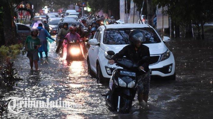 Kondisi Jalan Soekarno Hatta yang terendam banjir. Puluhan motor mogok sampai bikin macet.