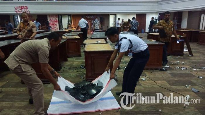 Kantor DPRD Sumbar mengalami kerusakan akibat aksi demo yang berujung ricuh, Rabu (25/9/2019). Kamis (26/9/2019) pagi, sejumlah sampah dan kerusakan mulai dibersihkan. TribunPadang.com/Rezi Azwar