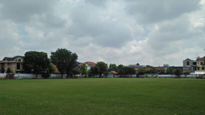 Kondisi Lapangan Kartopuran yang nampak berada di antara rumah-rumah warga