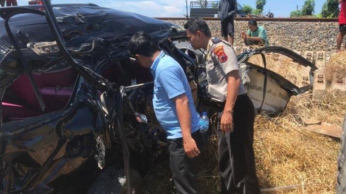 KA Kaligung Tabrak Daihatsu Terios di Batang, Mobil Ringsek, Dua Orang Tewas