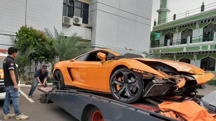 Kondisi mobil Lamborghini milik tersangka AM di Mapolres Metro Jakarta Selatan, Kebayoran Baru, Selasa (24/12/2019). (TribunJakarta.com/Annas Furqon Hakim)