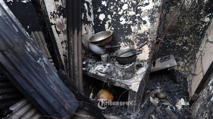 Kondisi rumah kontrakan usai terjadi kebakaran di Pisangan Baru III, Matraman, Jakarta Timur, Kamis (25/3/2021). Seperti diberitakan, Kebakaran yang menghanguskan 5 kontrakan rumah di pemukiman padat penduduk terjadi pada pukul 04.50 WIB yang menewaskan 10 penghuni kontrakan yang terjebak didalam  saat kebakaran terjadi. Tribunnews/Jeprima
