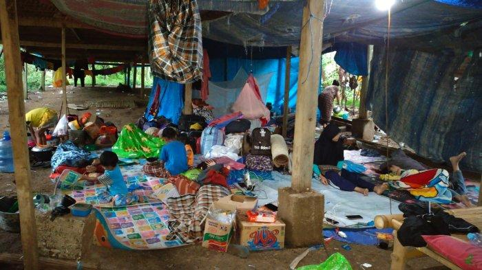kondisi kandang ayam yang dijadikan sebagai tempat mengungsi warga