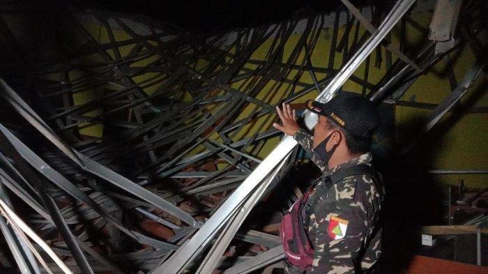 Kondisi ruang lab bahasa MAN 2 Turen Malang yang tertimbun reruntuhan atap galvalum akibat gempa, Sabtu (10/4/2021).