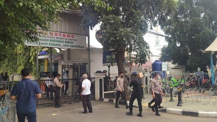 Simpatisan Rizieq Shihab Tinggalkan Area Pengadilan Negeri Jakarta Timur Jelang Salat Jumat
