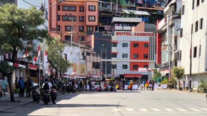 Foto-foto kondisi terkini kerusuhan di Jayapura, aktivitas lumpuh, massa menuju kantor Gubernur Papua.