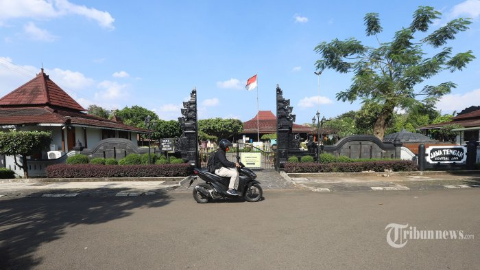 Suasana di Taman Mini Indonesia Indah (TMII), Jakarta Timur, Kamis (8/4/2021). Menteri Sekretaris Negara (Mensesneg), Pratikno mengumumkan bahwa pengelolaan TMII resmi berpindah kepada Kemensetneg sejak 1 April 2021 dan akan melakukan penataan sebagaimana yang telah dilakukan pada kawasan Gelora Bung Karno (GBK) dan Kemayoran. Kawasan seluas 1.467.704 meter persegi atau 146,7 hektare lebih ini berdasarkan evaluasi dari Kemensetneg dan Kementerian Keuangan (Kemenkeu) pada 2018, TMII ditaksir memiliki nilai sebesar Rp 20 triliun. Seperti diketahui, pengelolaan TMII sudah hampir 44 tahun dikelola oleh Yayasan Harapan Kita milik keluarga Cendana. Istri Presiden ke-2 RI Soeharto yaitu Siti Hartinah atau dikenal dengan Tien Soeharto menyampaikan gagasan pembangunan miniatur Indonesia pada rapat pengurus Yayasan Harapan Kita (YHK) di Jalan Cendana Nomor 8, Jakarta Pusat, pada 13 Maret Tahun 1970. Tribunnews/Jeprima