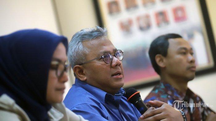 Ketua Komisi Pemilihan Umum (KPU) Arief Budiman (tengah) bersama anggota KPU RI  Evi Novida Ginting Manik dan Pramono Ubaid Tanthowi saat menjadi pembicara pada konferensi pers terkait Pilkada 2020 di Gedung KPU, Jakarta Pusat, Senin (7/10/2019). KPU menyebut ada 61 dari 270 daerah yang belum menandatangani Naskah Perjanjian Hibah Daerah (NPHD) untuk anggaran pilkada 2020. Terkait hal itu, KPU akan berkoordinasi dengan Bawaslu dan Kementerian Dalam Negeri (Kemendagri). Tribunnews/Jeprima
