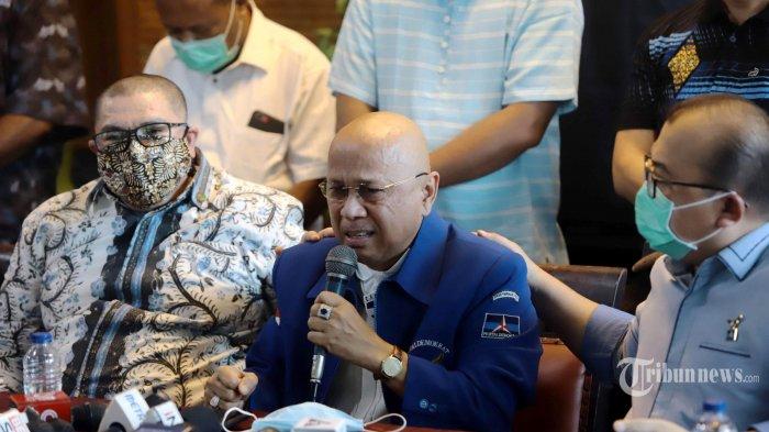 Inisiator Kongres Luar Biasa (KLB) Partai Demokrat di Deli Serdang, Darmizal (tengah) menangis saat menggelar konferensi pers di Jakarta, Selasa (9/3/2021). Dalam konferensi pers tersebut, Partai Demokrat versi KLB menyatakan bahwa KLB yang mereka adakan sah dan sesuai dengan AD/ART partai. Tribunnews/Herudin