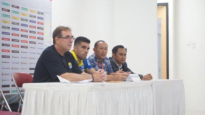 Robert Rene Alberts dan Fabiano beltrame menghadiri konferensi pers setelah melawan Persis Solo di Stadion Manahan, Sabtu (15/2/2020)
