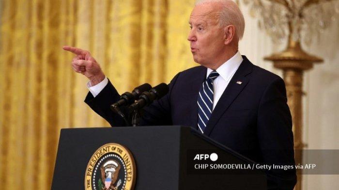 Presiden AS Joe Biden berbicara kepada wartawan selama konferensi pers pertama kepresidenannya di Ruang Timur Gedung Putih pada 25 Maret 2021 di Washington, DC. Pada hari ke-64 pemerintahannya, Biden, 78, menghadapi pertanyaan tentang pandemi virus corona, imigrasi, pengendalian senjata, dan subjek lainnya.