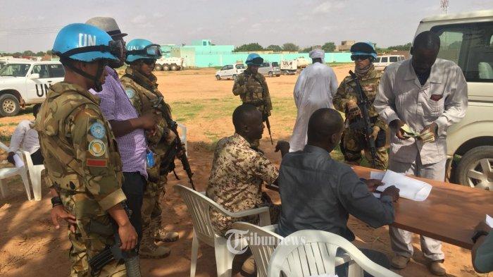 Satuan Tugas (Satgas) Batalyon (Yon) Komposit TNI Kontingen Garuda (Konga) XXXV-D United Nations Mission In Darfur (UNAMID) melaksanakan kegiatan Disarmament,  Demobilization and Reintegration (DDR) atau tugas pengamanan bersama Government of Sudan (GoS) Army dan personel dari UNAMID Sector West di El Geneina, Darfur, Sudan, Kamis (5/7/2018). TRIBUNNEWS.COM/PUSPEN TNI/Kolonel Laut (KH) Agus Cahyono