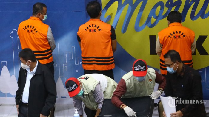 Wakil Ketua KPK, Nawawi Pomolango menunjukkan tersangka beserta barang bukti pada konferensi pers di Gedung KPK, Jakarta Selatan, Rabu (25/11/2020). KPK resmi menahan Menteri Kelautan dan Perikanan (KKP), Edhy Prabowo bersama enam orang lainnya terkait Operasi Tangkap Tangan (OTT) dalam kasus dugaan menerima hadiah atau janji terkait perizinan tambak usaha dan/atau pengelolaan perikanan atau komoditas perairan sejenis lainnya. Tribunnews/Irwan Rismawan