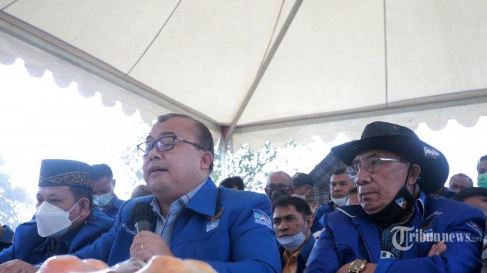 Ketua Dewan Kehormatan Partai Demokrat versi KLB Sumut, Max Sopacua bersama Jubir Partai Demokrat versi KLB Sumut, Rahmad memberikan keterangan kepada wartawan saat konferensi pers di Bukit Hambalang, Kabupaten Bogor, Jawa Barat, Kamis (25/3/2021). Dalam keterangannya, Hambalang akan menjadi titik awal Partai Demokrat di bawah kepemimpinan Moeldoko. Selain itu, mereka berharap Menteri Hukum dan HAM (Menkumham), Yasonna Laoly segera mengesahkan kepengurusan KLB Sumut. Tribunnews/Irwan Rismawan