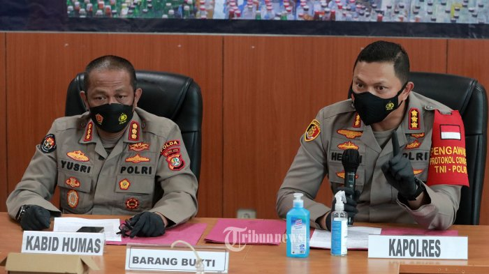 Kabid Humas Polda Metro Jaya Kombes Pol Yusri Yunus (kiri) bersama Kapolres Jakarta Pusat Kombes Pol Hengki Haryadi (kanan) memberikan keterangan terkait penetapan tersangka Aktris Nia Ramadhani dan suaminya, Ardi Bakrie di Mapolres Jakarta Pusat, Jakarta, Kamis (8/7/2021). Nia Ramadhani dan suaminya Ardi Bakrie ditetapkan sebagai tersangka terkait penyalahgunaan narkotika jenis sabu. TRIBUNNEWS/IRWAN RISMAWAN