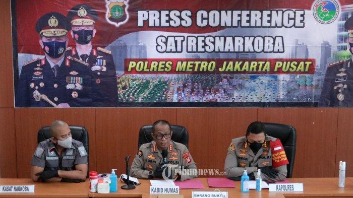 Kabid Humas Polda Metro Jaya Kombes Pol Yusri Yunus (tengah) bersama Kapolres Jakarta Pusat Kombes Pol Hengki Haryadi (kanan) memberikan keterangan terkait penetapan tersangka Aktris Nia Ramadhani dan suaminya, Ardi Bakrie di Mapolres Jakarta Pusat, Jakarta, Kamis (8/7/2021). Nia Ramadhani dan suaminya Ardi Bakrie ditetapkan sebagai tersangka terkait penyalahgunaan narkotika jenis sabu. TRIBUNNEWS/IRWAN RISMAWAN