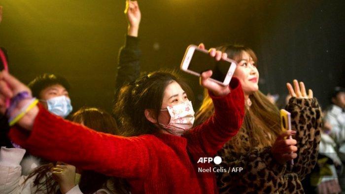 Orang-orang mendengarkan band saat konser dalam ruangan di Wuhan, di provinsi Hubei tengah China pada 1 Januari 2021.