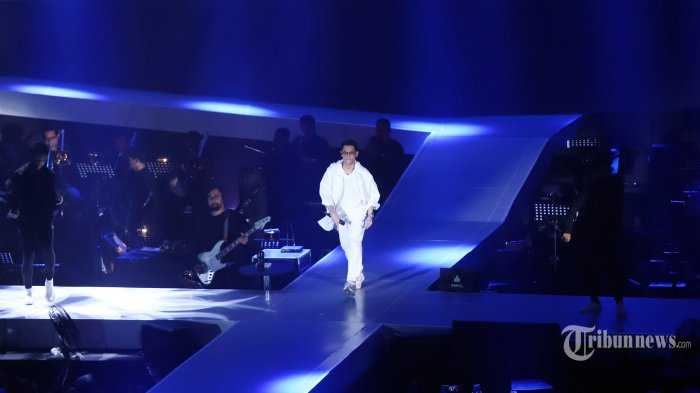 Penyanyi Afgan menghibur penggemarnya pada konser bertajuk Dekade di Istora Senayan, Jakarta, Jumat (9/8/2019). Konser penanda 10 tahun Afgan berkarier di industri musik Tanah Air dibuat spesial. Dalam pertunjukkan kali ini, dia juga turut berkolaborasi dengan Marion Jola, Rendy Pandugo dan Dipha Barus. TRIBUNNEWS/HERUDIN