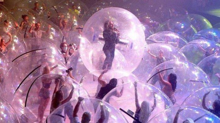 Viral di Medsos, Konser Musik Pakai Gelembung Plastik Transparan ala The Flaming Lips