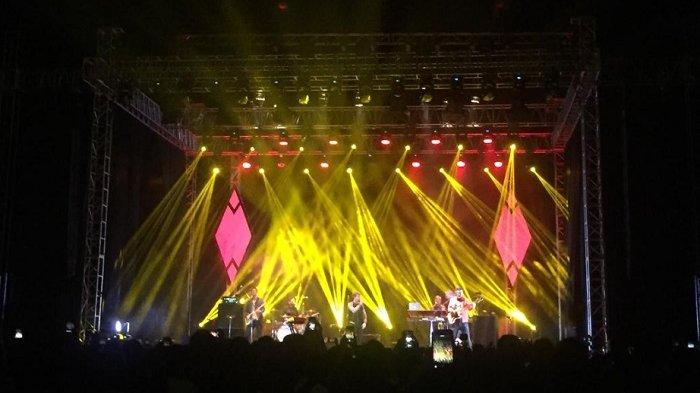 Vokalis Kodaline Pandu Penonton Nyanyi Bareng Lagu ''Head Held High''