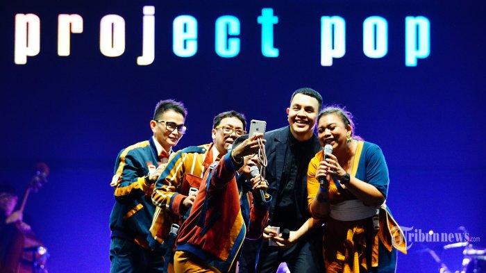 Grup musik Project Pop dan Tulus (kedua kanan) berswafoto pada konser Tulus bertajuk Sewindu di Istora Senayan, Jakarta Pusat, Jumat (1/11/2019) malam. Konser Sewindu ini digelar sebagai perayaan delapan tahun Tulus berkarir di dunia musik dan diramaikan oleh sejumlah musisi papan atas Indonesia. Tribunnews/Muhammad Iqbal Firdaus