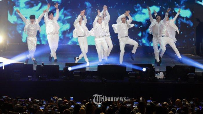 Grup K pop Super Junior menghibur para penggemarnya saat menggelar konser di ICE BSD, Tangerang, Banten, Sabtu (11/1/2020). Tahun ini Super Junior merayakan debut mereka ke-15. Berikut ini link download mp3 single The Melody.