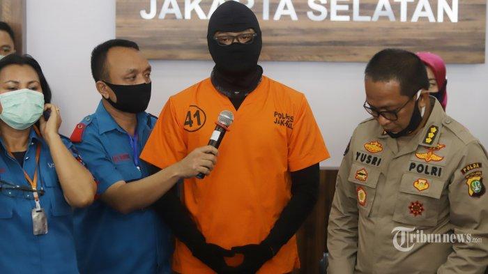 Aktor berinisial DS atau Dwi Sasono saat dirilis terkait kasus kepemilikan narkoba di Polres Metro Jakarta Selatan, Senin (1/6/2020). DS ditangkap pada 26 Mei lalu di rumahnya di kawasan Pondok Labu Jakarta Selatan. Dalam penggeledahan, polisi berbasil menemjkan barang bukti ganja seberat 16 gram. TRIBUNNEWS/HERUDIN