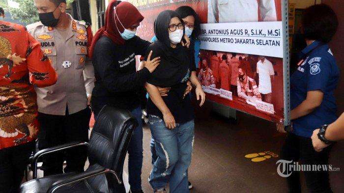 Mantan penyanyi cilik, Iyut Bing Slamet dihadirkan saat rilis di Mapolres Jakarta Selatan, Sabtu (5/12/2020). Pemilik nama asli Ratna Lusiana Albar itu ditangkap polisi atas kasus penyalahgunaan narkoba jenis sabu. Tribunnews/Herudin