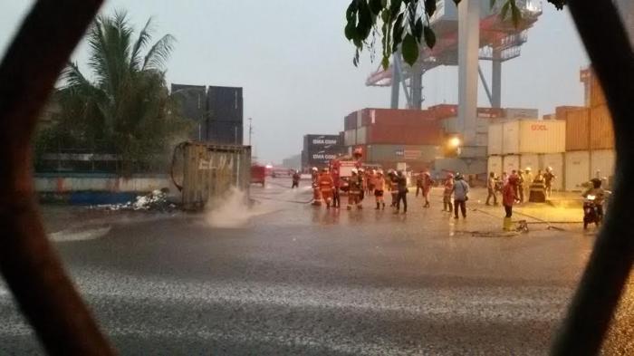 Kontainer Bermuatan Zat Kimia Terbakar di Pelabuhan Pontianak