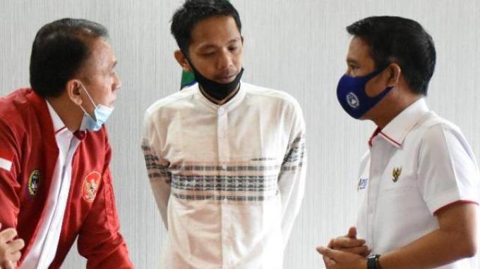 Koordinator Save Our Soccer (SOS) Akmal Marhali saat bertemu dengan Ketua Umum PSSI Mochamad Iriawan dan Plt Sekjen Yunus Nusi.