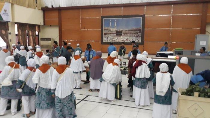 Jemaah calon haji saat hendak diberangkatkan dari Asrama Haji Embarkasi Bekasi menuju Bandara Soekarno Hatta.
