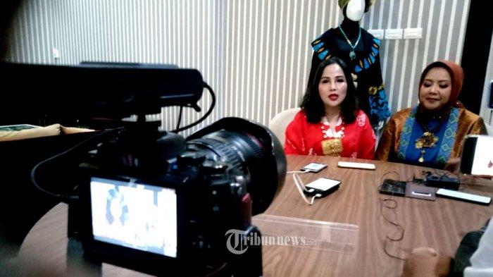 Linda Kartika Dewi Wakil Ketum Rumah Kreasi Indonesia Hebat (RKIH) bersama Designer spesialis tenun dan songket, Anna Mariana.