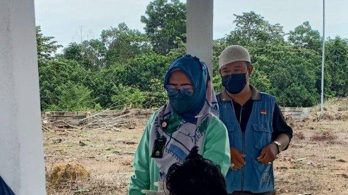 Korban Anugrah Daeli saat melepas jenazah istrinya di kamar Mayat RSUD Selasih Pangkalan Kerinci, Minggu (1/8/2021).