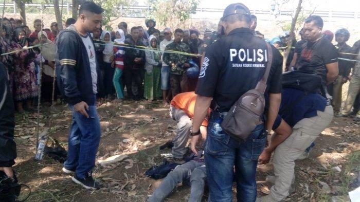 Polisi mengevakuasi Hermawanto (34) warga Gunung Masigit, Kecamatan Cipatat, KBB yang ditemukan sudah dalam keadaan meninggal dunia dengan kondisi tergantung di atas pohon dengan tali berwarna hitam. Tribun Jabar/Hilman Kamaludin