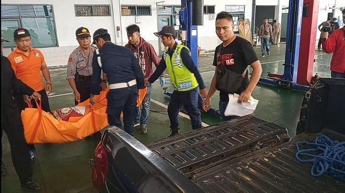 Petugas membawa jasad korban gantung diri di sebuah dealer mobil di Jalan HZ Mustofa, Kota Tasikmalaya, Rabu (16/10/2019). Tribun Jabar/Isep Heri