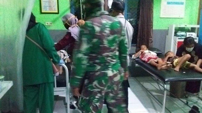 Korban keracunan massal di Desa Pulantan Aluh-aluh dirawat di Puskesmas Aluh-aluh.