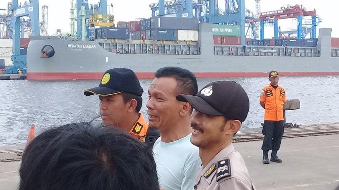 Ayah Korban Lion Air JT-610 Menangis Saat Lihat Sepatu Anaknya Terbelah