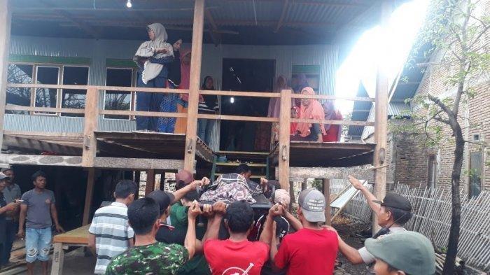 Korban Dg Awing saat dibawa ke rumah duka di Kampung Alla-alla, Desa Boronglamu, Kecamatan, Arungkeke, Kabupaten Jeneponto, Senin (11/11/2019) siang. (ikbal/tribunjeneponto.com)
