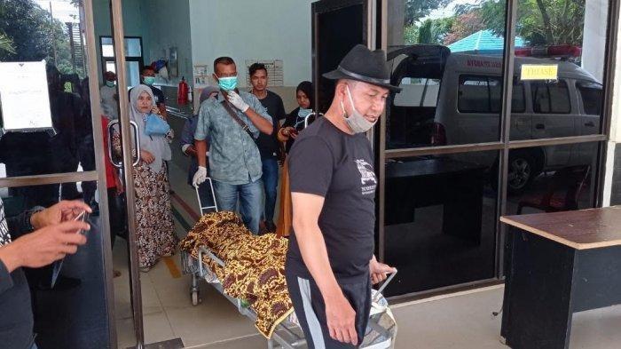Kapolsek Kuala Batee, Ipda M Nasir (pakai topi) mendampingi korban Muksin yang kena mata pisau mesin babat rumput saat dirujuk ke RSUTP Abdya, Minggu (21/2/2021). (FOR SERAMBINEWS.COM)
