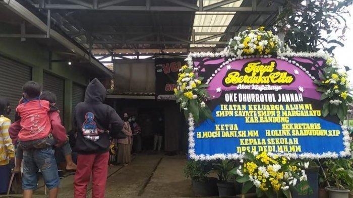 Suasana rumah duka saat kedatangan jenazah pramugari Oke Dhurrotul, korban jatuhnya pesawat Sriwijaya Air SJ 182.