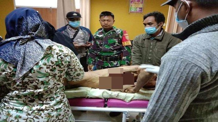 Korban terkaman harimau yang meregang nyawa ketika diperiksa oleh tim medis setempat.