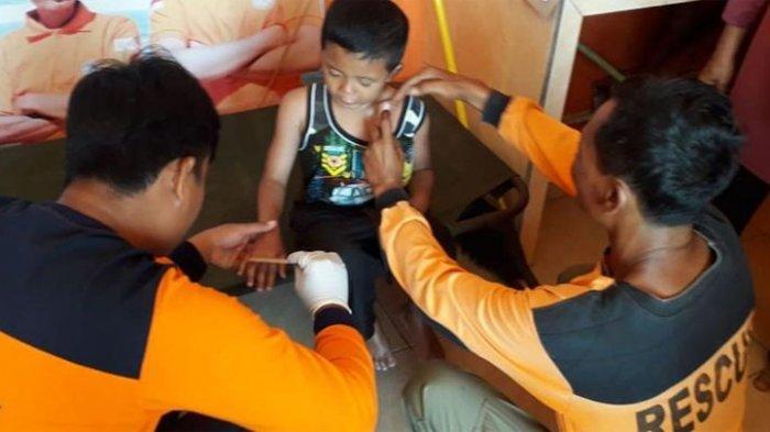 Tim SAR Satlinmas Wilayah II Gunungkidul Menangani Wisatawan Tersengat Ubur-ubur di Pantai Sepanjang Sabtu (13/7/2019).