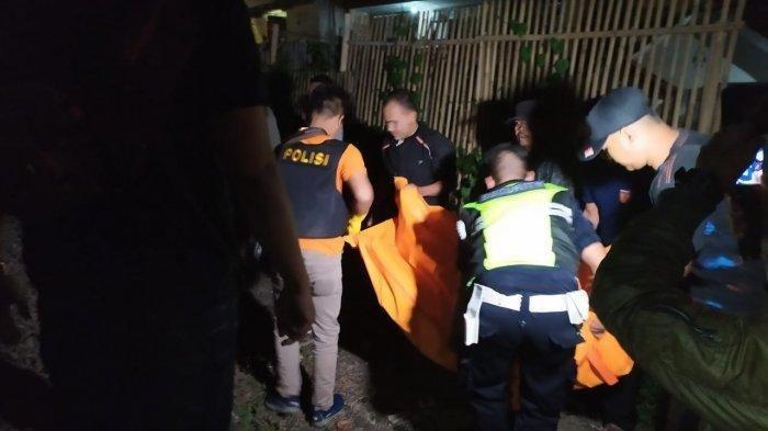 Polisi evakuasi korban tewas diduga terserempet kereta api di dekat Pintu Perlintasan Kereta Api Lengkong, kelurahan Lengkongsari, Kecamatan Tawang, Kota Tasikmalaya, Jumat (18/10/2019) dini hari. Tribun Jabar/Isep Heri Herdiansah
