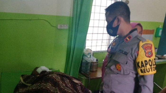 Kapolsek Beutong, Nagan Raya melihat korban meninggal dunia karena terjepit mesin panen padi di Puskesmas setempat, Selasa (1/6/2021).