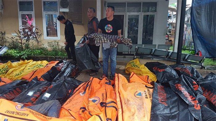 Warga Berbondong-bondong Datangi Puskesmas Carita Cari Anggota Keluarganya Korban Tsunami